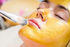 Процедура желтого пилинга лица